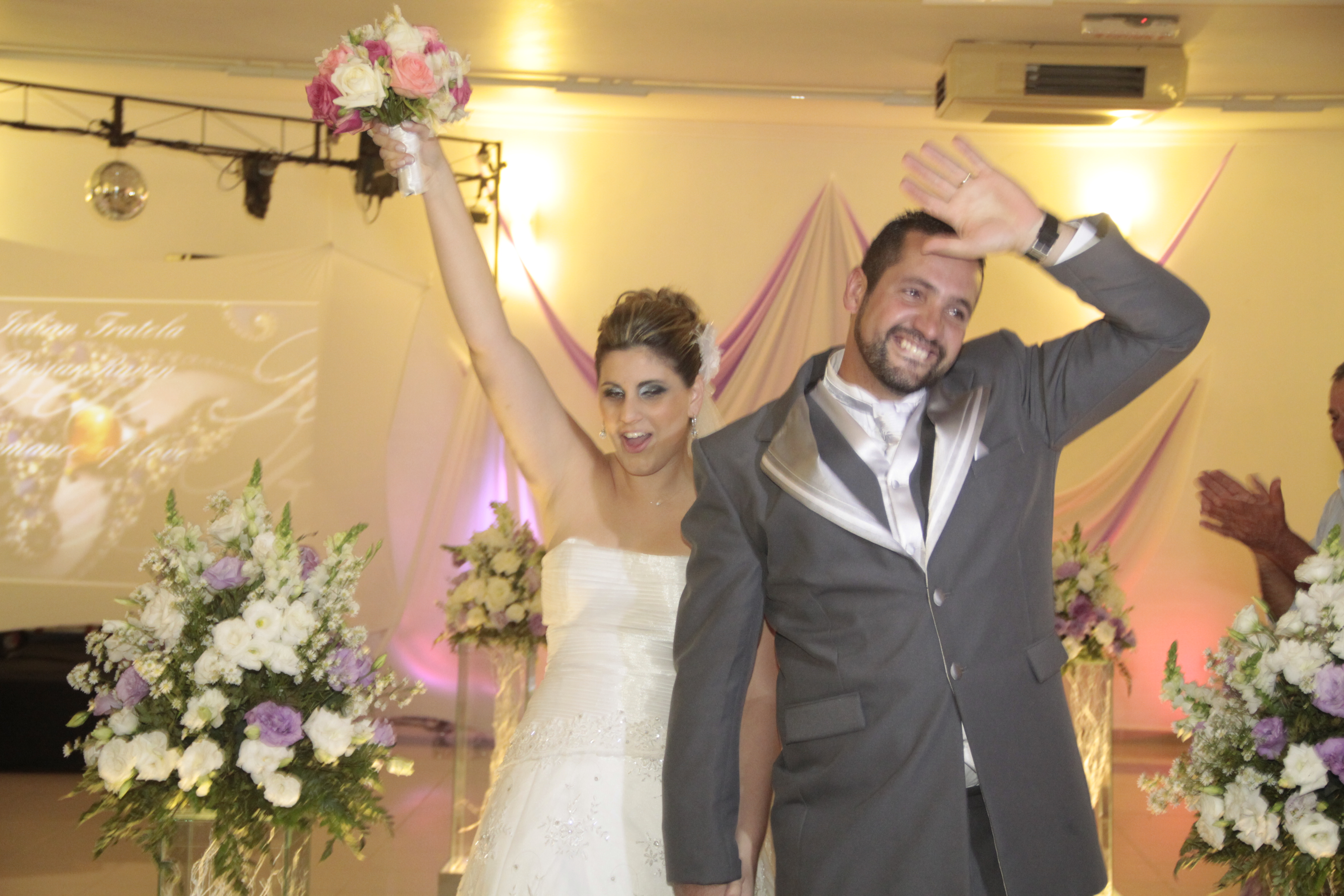 ... melhor essa festa linda de casamento! De uma olhadinha nas fotos desses  pombinhos apaixonados… Sem falar que agora virá a Lua de mel! 7251d040f4